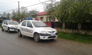Poliţiştii, în faţa casei bărbatului fugar