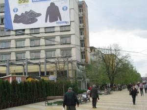Oamenii trec pe lângă hotel fără să bănuiască pericolul