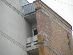 Cărămida decorativă, căzută de pe latura dinspre Strada Mare