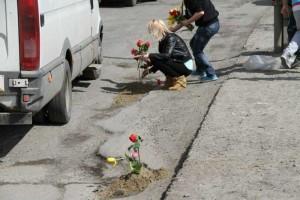 Sătenii au plantat flori în gropile din carosabil