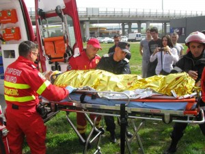 Victima, preluată de ambulanţă