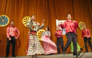 Ansamblu de dansatori romi