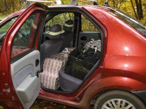 Ţigări de contrabandă în maşina suspectului