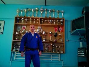Valentin Ioniţă, alături de bogata vitrină cu trofee