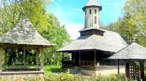 Bisericuţă din lemn, într-o oază de verdeaţă