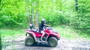 Un aventurier călare pe un ATV