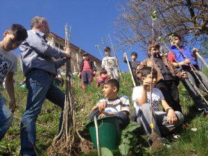 Copiii centrului din Piteşti au plantat meri în Arefu