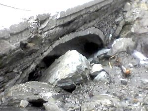Stâncă sub podul de la Cascada Capra