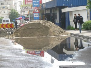Blocată de grămada de nisip, apa nu are pe unde se scurge