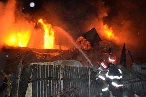 Incendiu violent în curtea bisericii din Băjeşti