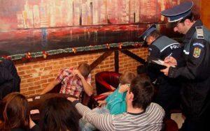 Chiulangii depistaţi în bar de poliţişti