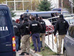 Poliţiştii i-au înconjurat pe suspecţi