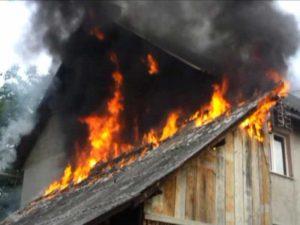 Jarul nestins a incendiat o magazie