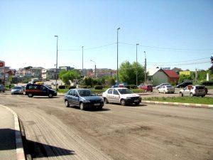 Decopertată, strada a devenit o capcană pentru maşini