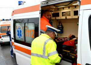 Una dintre victime, preluată de ambulanţă