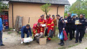 Pompierii au adus pachetele în curtea familiei