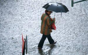 Şi în acest weekend umbrela va fi un accesoriu necesar
