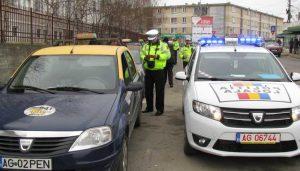 Agenţi locali verificând documentele taximetriştilor