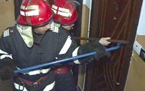 Pompierii au forţat uşa locuinţei