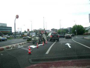 Intersecţia asfaltată, marcajele refăcute