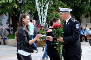 Agenţii locali au împărţit flori