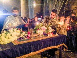 Preoţii, la sfinţirea florilor în Vinerea Mare