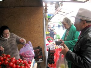 Coadă la taraba cu fructe româneşti