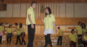 Copiii cu nevoi speciale dansează cu voluntarii