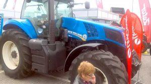 Un tractor imens care abia a încăput în... fotografie