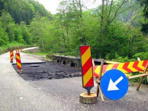 Zona cu risc de surpare a drumului