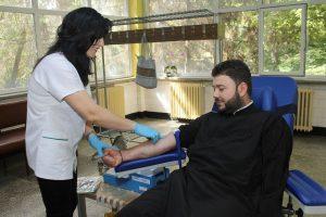 Voluntari în sutană: peste 50 de preoți din Pitești au donat sânge
