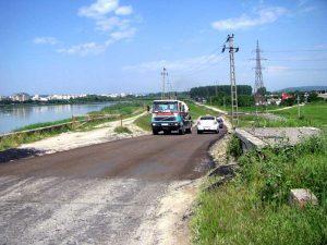 Vehicule grele urcă spre baraj