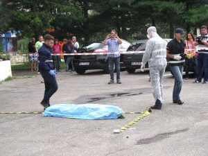 Criminaliştii fac cercetări la locul evenimentului