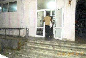 Suspecţii, aduşi la sediul secţiei de poliţie