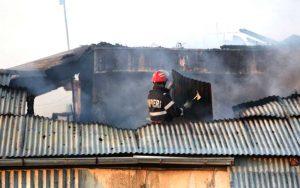 Pompierii dislocă acoperişul ca să stingă flăcările