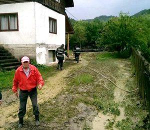 Gospodărie afectată de inundaţii