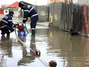 Apa, evacuată cu motopompele