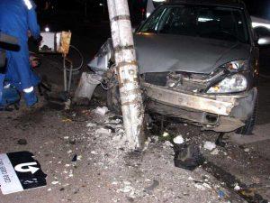 Maşina a rupt stâlpul reţelei electrice
