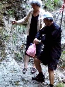 Turişti în papuci şi adidaşi în canion