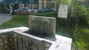 La izvorul de pe Calea Bucureşti, afişul abia poate fi zărit