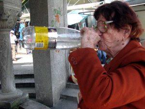 Bunica bea cu încredere apa din bazar