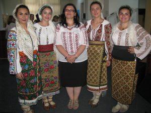 grupul de folclor  si decanul facultatii