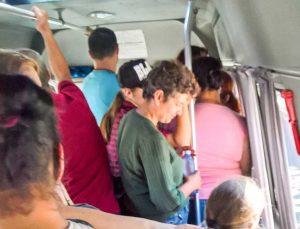 Microbuzele transportă oamenii ca pe sacii cu cartofi