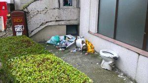 Ruşinos! -WC-uri sparte şi gunoaie lângă Spitalul Judeţean