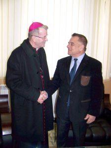 Excelenţa Sa Cornel Damian, în mijlocul piteştenilor