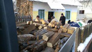 Pâine şi lemne pentru familiile nevoiaşe