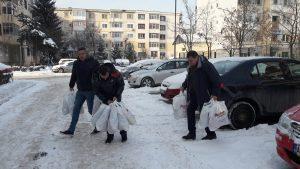Poliţiştii au dus pachete unor copii sărmani