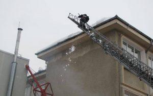 Pompierii au înlăturat ţurţurii la Primărie şi la Curtea de Apel