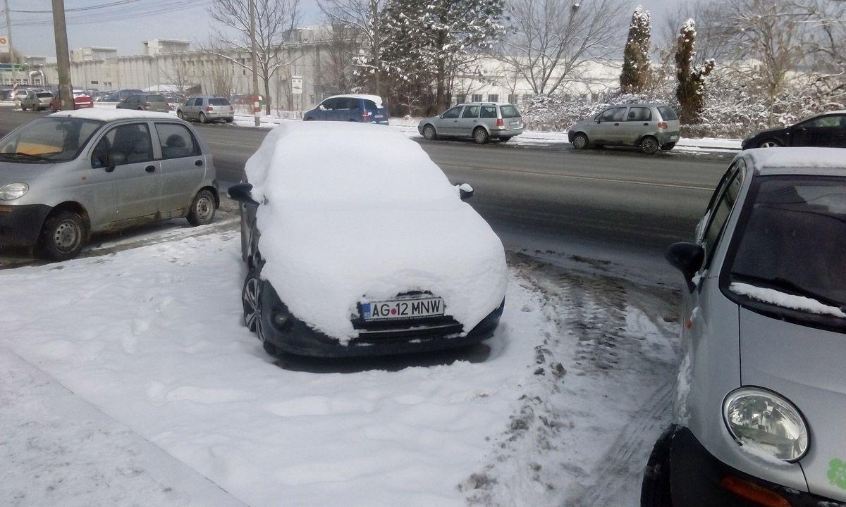 Maşină lovită şi abandonată în oraş