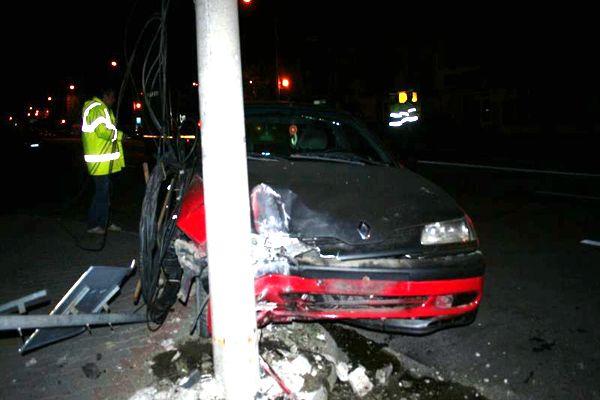 Băut, poliţistul a ajuns cu maşina în stâlp